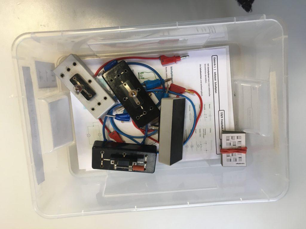 Kiste mit Material und Arbeitsauftrag