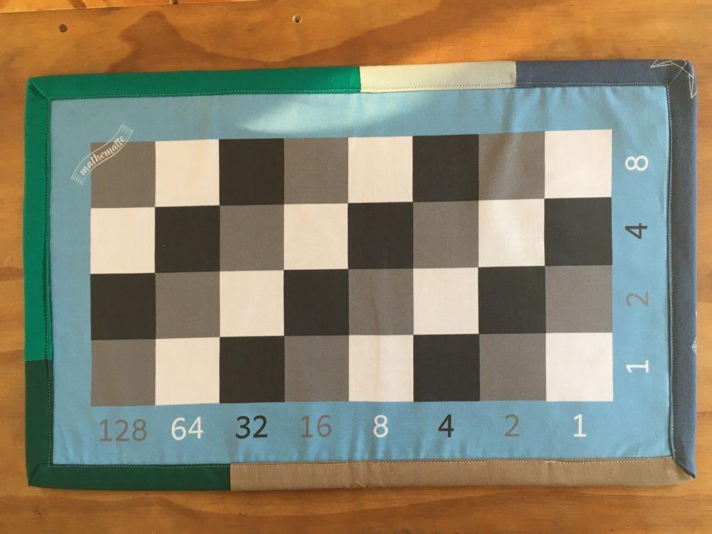 Binärer Malteppcih wi - Multiplikationsbrett für binäre Zahlen nach Montessori Prinzipien